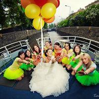 Невеста и её подружки в ярких юбках-пачках