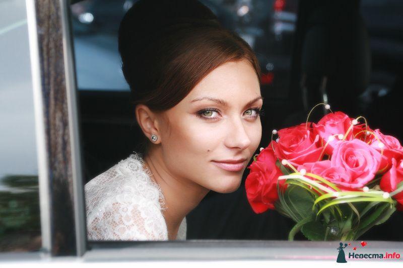Букет невесты из розовых роз, декорированный зеленью и белыми бусинами  - фото 124360 Невеста01