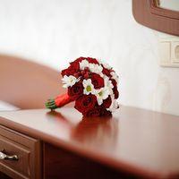 Красный букет невесты из роз и белых ромашек