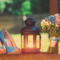 Букет невесты из розовых роз, белых фрезий, голубых гортензий и оранжево-голубые туфли невесты