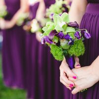 Подружки невесты в ярко-сиреневых платьях и букетами из орхидей, калл и латирусов