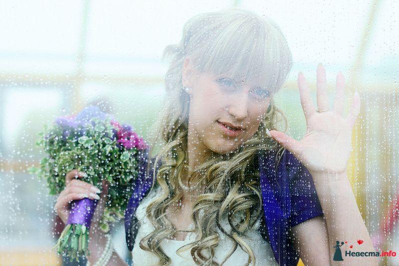 Невеста с букетом цветов стоит возле окна - фото 93346 Фотограф Наталья Черкасова