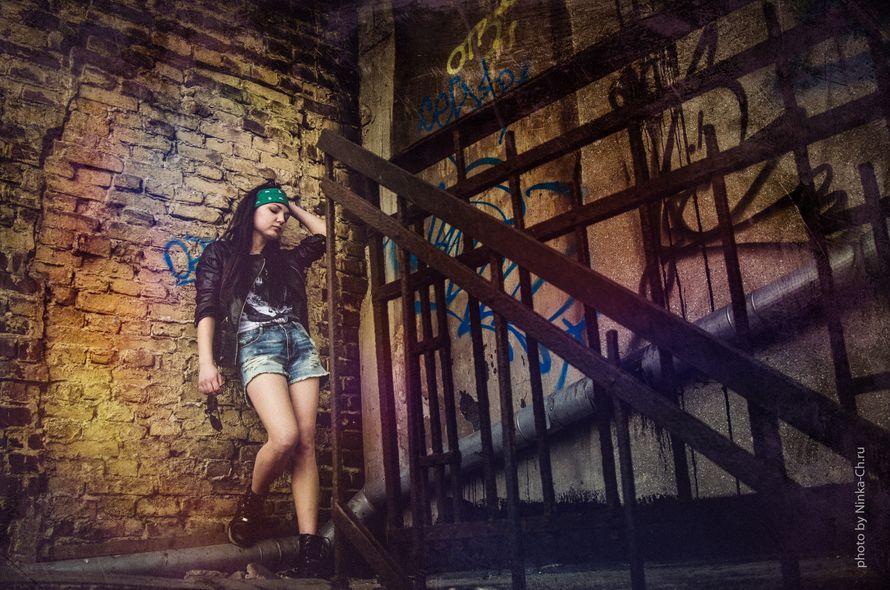 торрент группа девушек позирует у стены фотографу