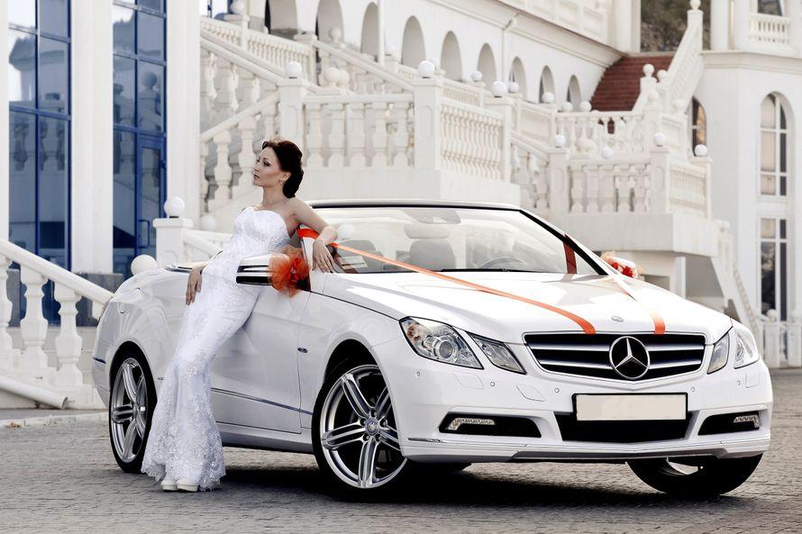 """Белый элегантный """"Мерседес"""" на фоне белого старинного здания рядом с невестой загадочной и прекрасной. - фото 2399750 """"Кабрио Лето"""" - прокат авто"""
