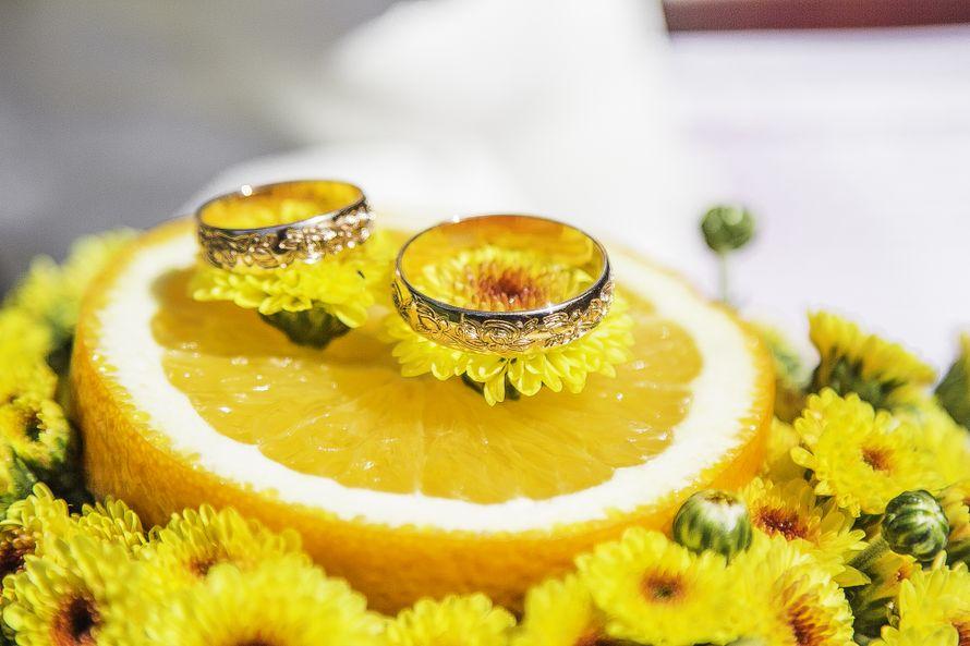 Цветочно-лимонная подушечка для колец на цитрусовой свадьбе Дмитрия и Людмилы - фото 3038539 EmotionSochi - фотосъёмка