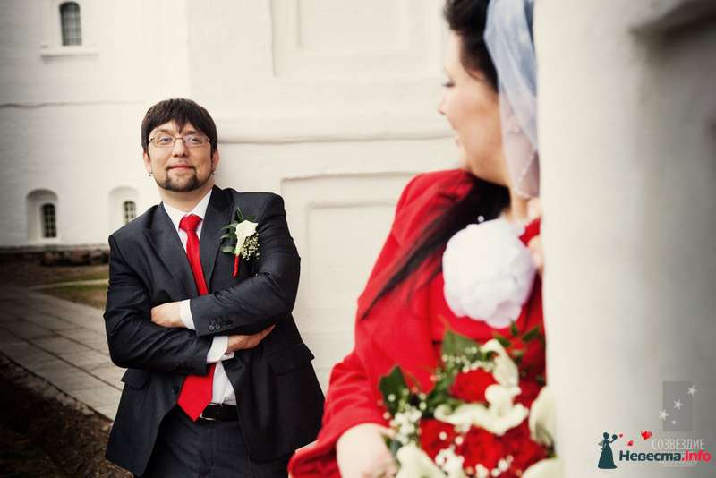 Темно-серый классический костюм жениха с белой рубашкой, красным галстуком и бутоньеркой в красных и белых тонах - фото 104854 Невеста01