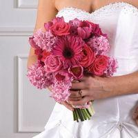 Розовый букет невесты из роз, гербер и тюльпанов