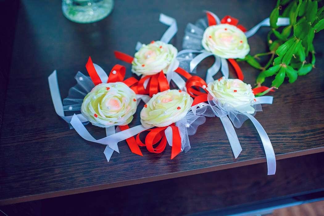 Бутоньерки в виде браслетов для подружек невесты из ткани в форме роз нежно-салатового цвета, украшенные красными, белыми и - фото 1789883 Ирина Икрянникова - свадебные аксессуары
