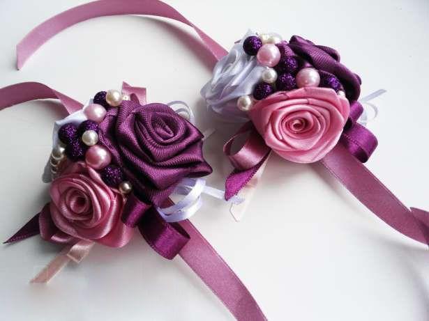 Бутоньерки, в виде браслетов, для подружек невесты, в форме бордовых и розовых роз, украшенных белыми и розовыми бусинами и - фото 992117 Свадебные аксессуары от WeddingDecor