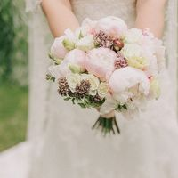Нежный букет невесты из пионов, эустомы, с веточками мяты.