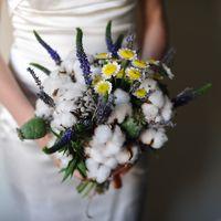 Букет невесты из вероники, ромашек и хлопка