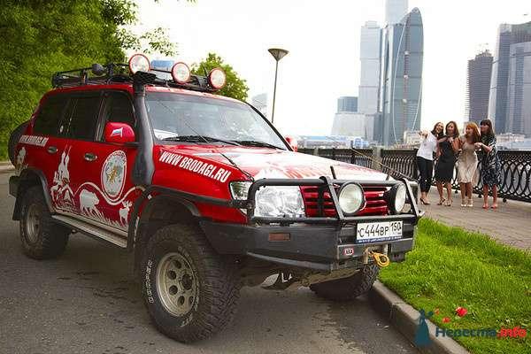 """Красная расписная """"Toyota"""", на фоне города и парка. - фото 107290 Бродяги - аренда настоящих автомобилей"""