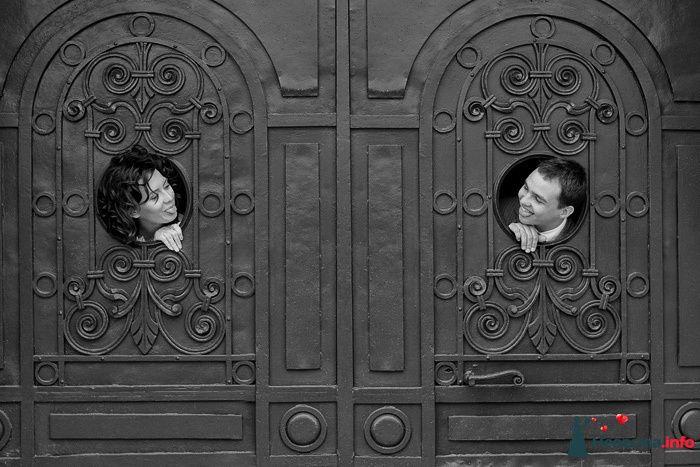 """Жених и невеста смотрят друг на друга возле большой чёрной двери - фото 106937 """"Студия креативных фотографов"""""""
