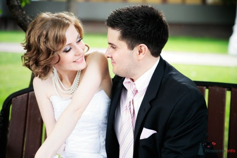 Жених и невеста стоят, прислонившись друг к другу, на улице - фото 36532 Стилист Дарья Карюхина