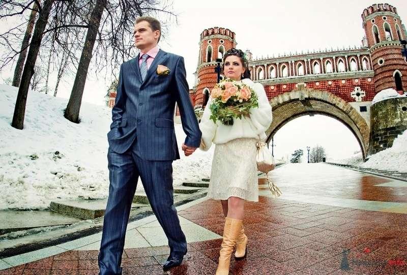 Жених и невеста, прислонившись друг к другу, стоят на фоне моста - фото 63652 wolf