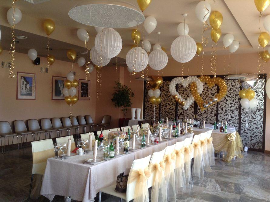 Сердца вплетенные из воздушных шаров, шарики с гелием под потолок, банты на стулья. Оформление зала в бело-золотом цвете. - фото 2162002 Шарм - оформление шарами и тканями