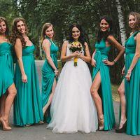 """Невеста в белом платье  """"принцесса"""" с букетом из белых розовых желтых цветов и подружки в зеленых открытых платьях трансформер длинных с разрезом или асимметричным низом"""