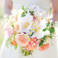Букет невесты в розовых тонах из роз, ромашек и анемонов