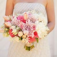 Розово-белый букет невесты из тюльпанов, астр и роз