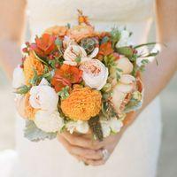 Букет невесты в оранжево-розовых тонах из роз, фрезий, рануункулюсов и астр