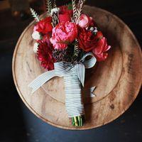 Красный букет невесты их роз, пионов и астр