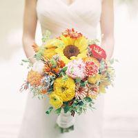 Букет невесты из подсолнухов, астр и пионов в осенних цветах