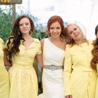 Подружки невесты в приталенном платье с декором по лифу, платье-рубашка, с асимметричным вырезом в греческом стиле, с глухим воротником-стойкой и длинным рукавом, V-образным вырезом горловины в желтых оттенках стоят обнявшись