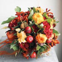 Осенний букет невесты в красно-оранжевых тонах из астр, орхидей и осеннего декора