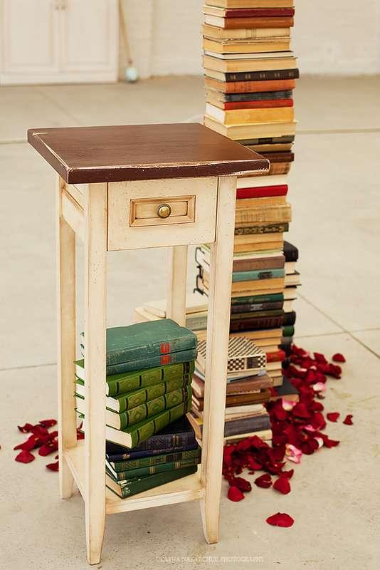 """Миниатюрный столик в окружении множества книг и лепестков роз - фото 1052733 Загородный комплекс """"Бабушкин Сад"""""""