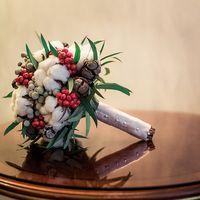 Свадебный зимний букет с хлопком и шишками
