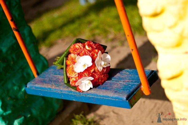 Букет невесты из оранжевых роз, зеленых листьев и белых орхидей, декорированный оранжево-красной лентой  - фото 54487 Tanuha