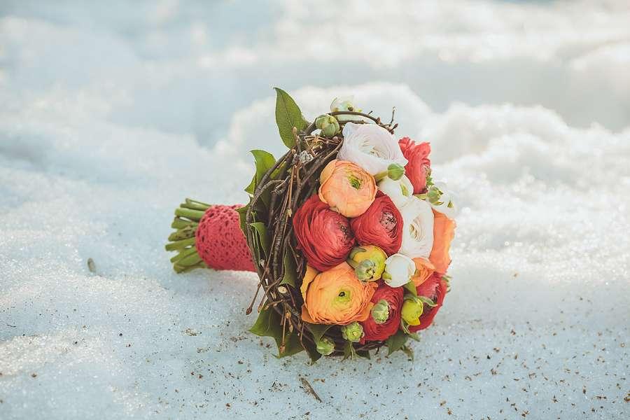 Зимний букет невесты из белых роз, красных и оранжевых ранункулюсов, декорированный коричневыми веточками и красным кружевом  - фото 1113305 Невеста01