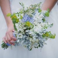 Бело-голубой букет невесты из ромашек и гортензий с салатовыми веточками буплерума