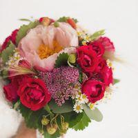 Букет невесты в розовых тонах из ромашек и пионов