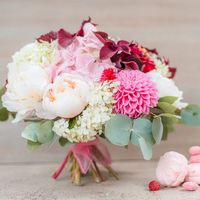 Розово-белый букет невесты из пионов, астр и вибурнума
