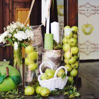 декор велкомзоны на свадьбе, яблоки, вазы, свечи, яблочная свадьба. декор веранды