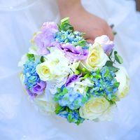 Букет невесты из голубых гортензий, белых роз и сиреневых эустом