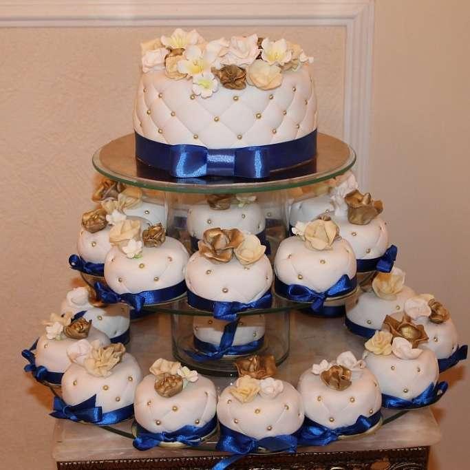 Торт с капкейками - фото 2798115 Иннэсса - свадебные торты из мастики