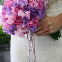 Сиренево-розовый букет невесты из фиалок и латирусов