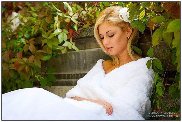 Невеста в длинном белом платье сидит на ступеньках - фото 53396 Lana Danilova