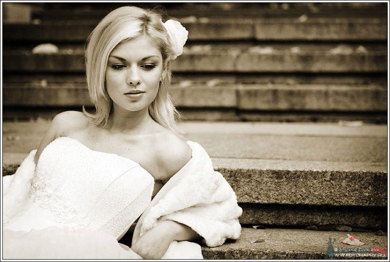 Романтический образ невесты выражен в прическе из распущенных волос средней длинны украшенных с боку белым цветком - фото 53397 Lana Danilova
