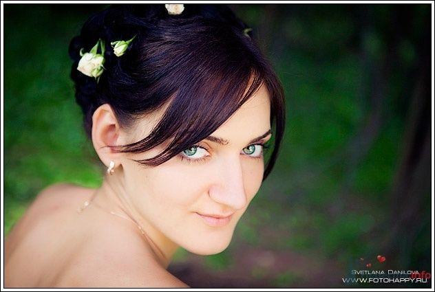 Утонченный лик будущей молодой жены превосходно подчеркивает прическа на длинные волосы - собранные локоны в пучок с волнами на - фото 53409 Lana Danilova