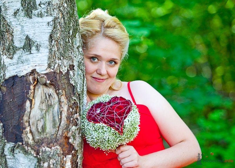 Невеста в красном платье стоит у дерева в лесу - фото 50412 Ivetta