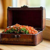 Деревянный сундучок с ягодами и кольцами. Фотограф Резникова Юля
