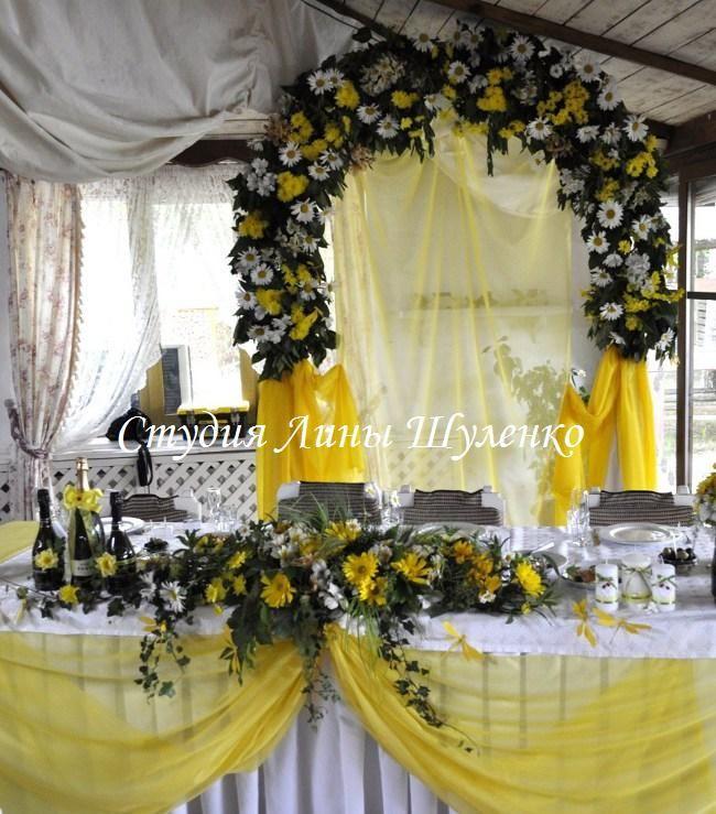 Желтая свадьба в Крыму. оформление свадебного зала живыми цветами. Флористический свадебный декор в Симферополе.