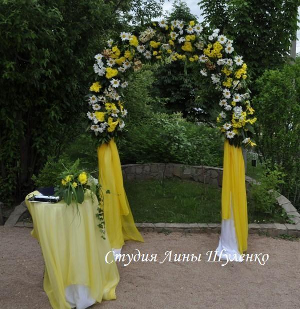 Выездная регистрация в Симферополе.бело-желтая свадьба в Крыму. Свадебная арка из живых цветов.