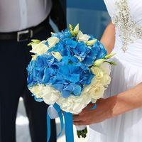 Букет невесты из голубых гортензий и белых эустом, декорированный голубыми лентами