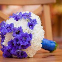 Букет невесты из синих фиалок и белых гвоздик