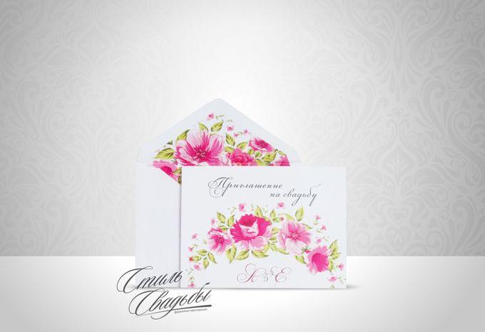 Свадебное приглашение в конверте, изготовленное из дизайнерской бумаги белого цвета, декорированное цветочным узором. Возможно исполнение в ЛЮБОМ цвете!!!