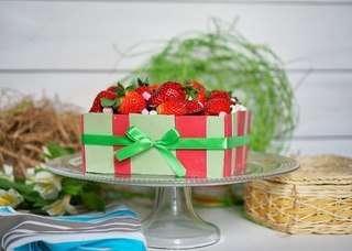Шоколадный торт. Оформлен пластинками шоколада и свежей клубникой - фото 4561479 Ма Бейкер - свадебное печенье, торты, сладкий стол